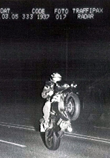 Motorradfahrer auf dem Hinterrad geblitzt Blitzer-Foto